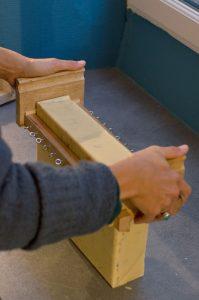 photo de la fabrication des savons petit grain decoupe