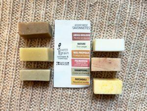 petit grain savonnettes sachet transparent assortiment argile benjoin nature miel propolis palmarosa shampoing patchouli naturel